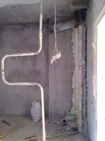 Демонтаж сантехкабины - фото  демонтаж всех стен
